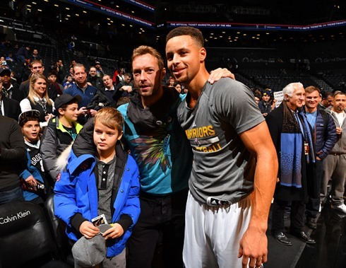 stephen-curry-of-the-golden-state-warriors-poses-with-chris-martin-of-picture-id630438414