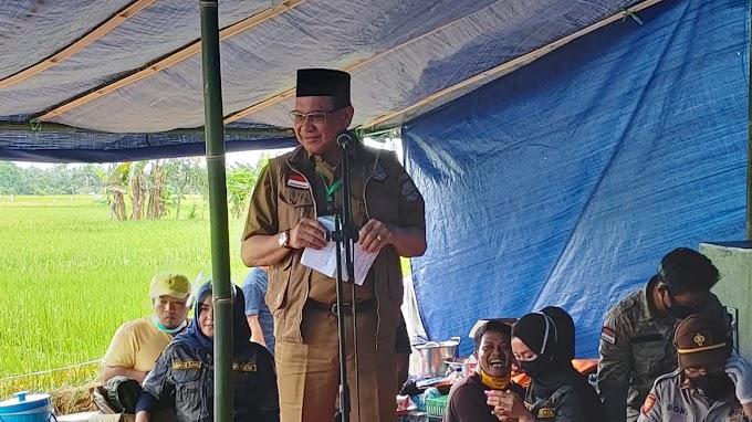 Bupati Kotabaru Beri Bantuan ke Warga Desa Pudi
