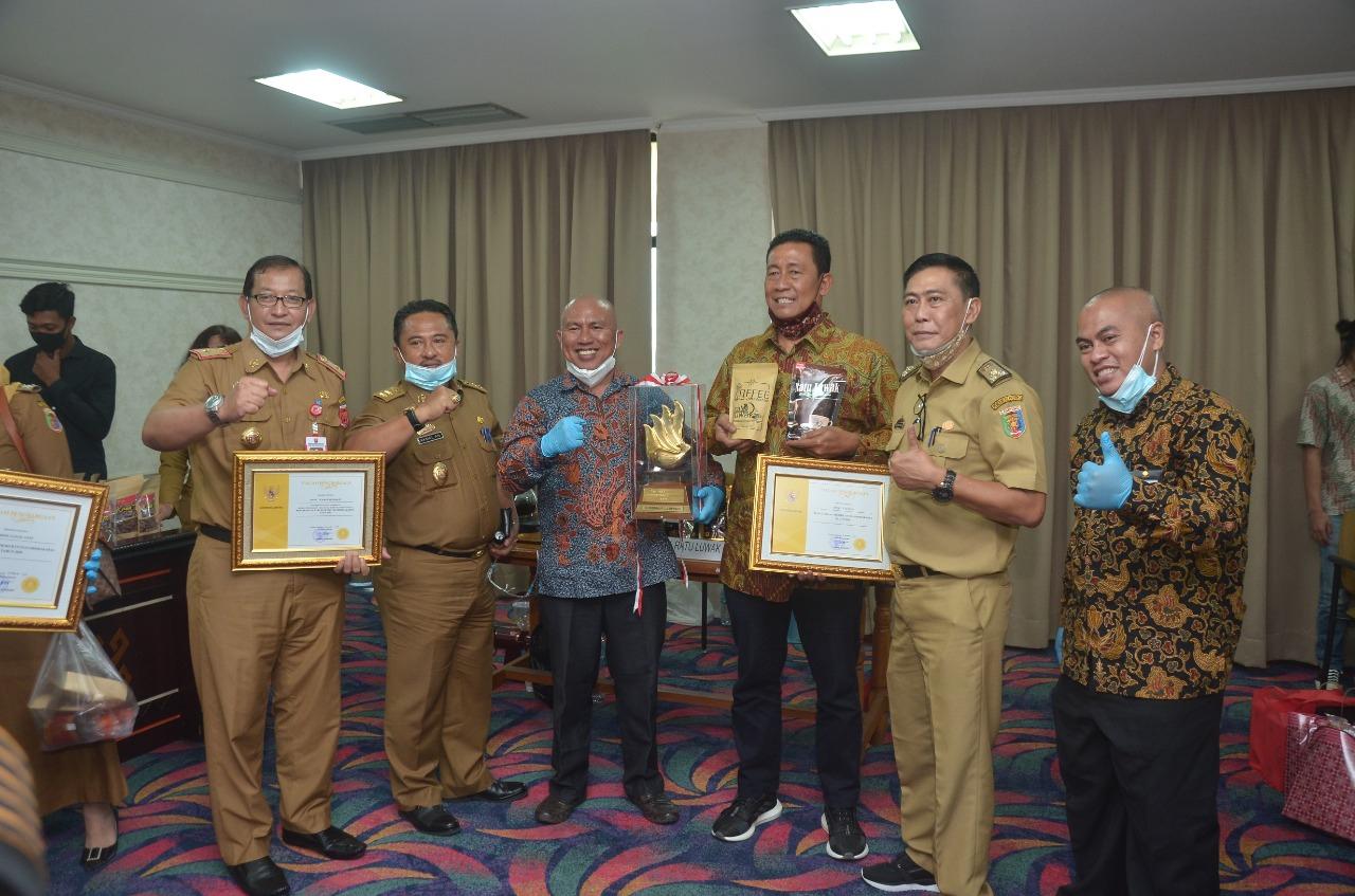 Ratu Luwak Liwa Mendapatkan Penghargaan dan Trophy Sidakarya dari Gubernur Lampung