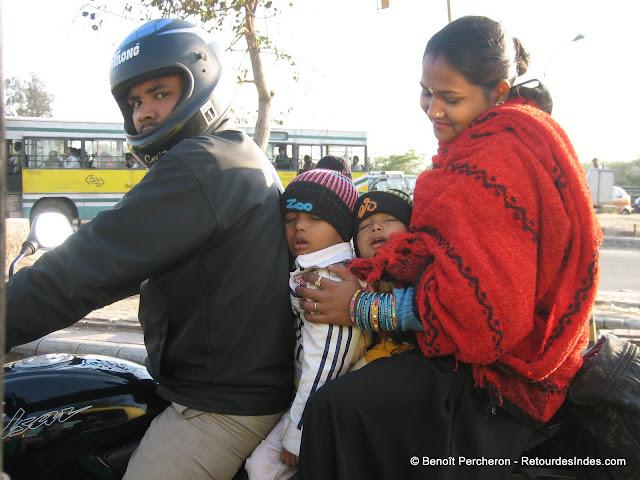 4 sur une moto, un classique en Inde!