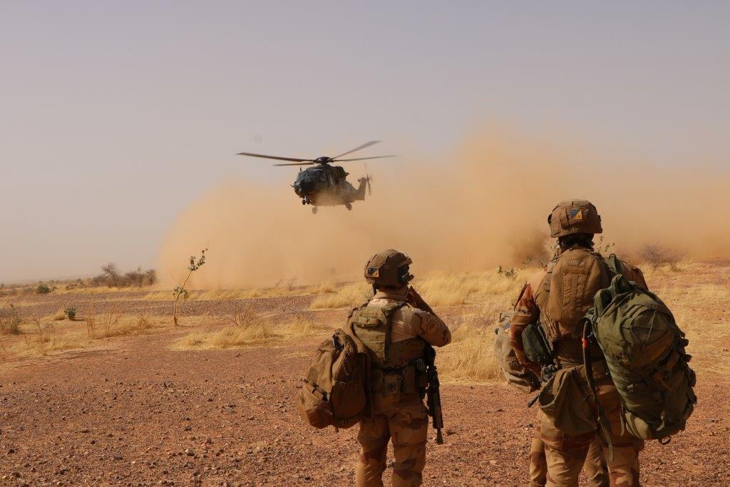 وزير الدفاع :ايقاف عناصر من الجيش بتهمة التخابر وأخرى تزود المهربين بأماكن الدوريات!