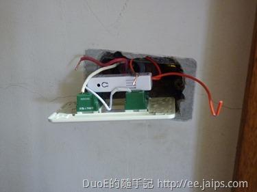 遙控模組白線插入控制線孔