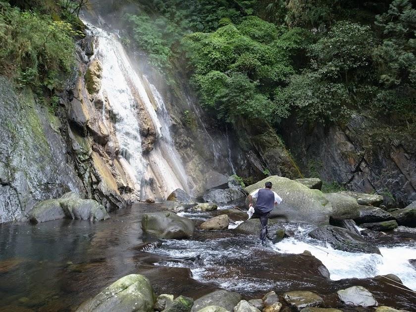 台湾三光渓の温泉の滝