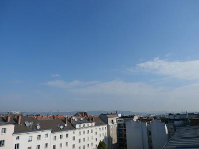 Das Wetter in Wien-Favoriten am 01.07.2015  Parallel zum Juni Beginn steht auch zum Start in den Juli ein Dreißiger auf dem Programm und es ist nur der Aufgalopp zu einer mind. einwöchigen Hitzewelle! Der Mittwoch wird strahlend sonnig, nur noch einzelne Wolken stören und es wird heiß mit bis zu 32 Grad am späteren Nachmittag. Die Nacht ist mit 18 Grad noch relativ frisch verlaufen aber auch dies wird sich in den nächsten Tagen ändern, es stehen wieder Tropennächte auf dem Programm! Aktuell hat es um 8:30 Uhr bereits 22,5°C.  Jupiter und Venus stehen sich derzeit sehr nahe, in meinem Blog gibt es einige Bilder dazu, wie auch Wetterimpressionen des Tages: http://weatherman68.info/2015/07/01/das-wetter-in-wien-favoriten-am-01-07-2015/  #wetter  #wien  #favoriten  #wetterwerte  #sommer2015  #hitzewelle  #jupiter  #venus