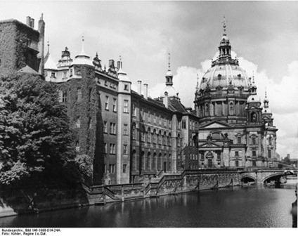 758px-Bundesarchiv_Bild_146-1998-014-24A,_Berlin,_Stadtschloss_(Spreeseite),_Berliner_Dom