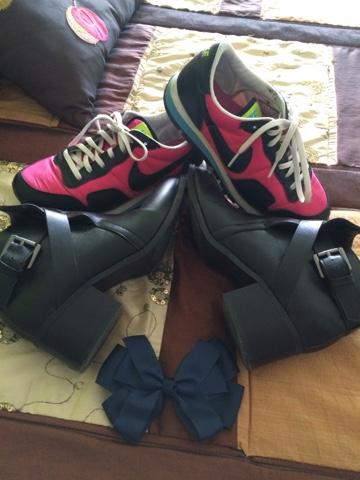zapatillas deportivas,zapato negro,prendas basicas fondo de armario