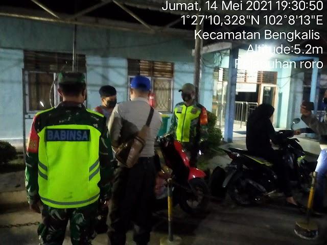 Babinsa Koramil 01/Bengkalis Pantau Pelaksanaan Prokes di Pelabuhan Roro