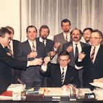 035-Együttélés-csapata a 90-es évek elején - koccintás - Duray Miklós elnök.jpg