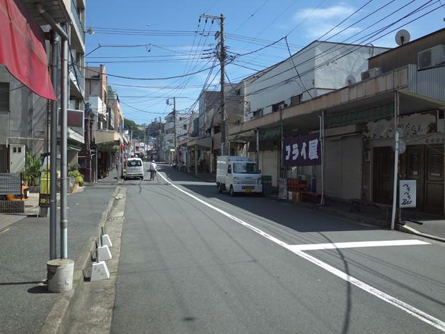 お店へと続く商店街の道