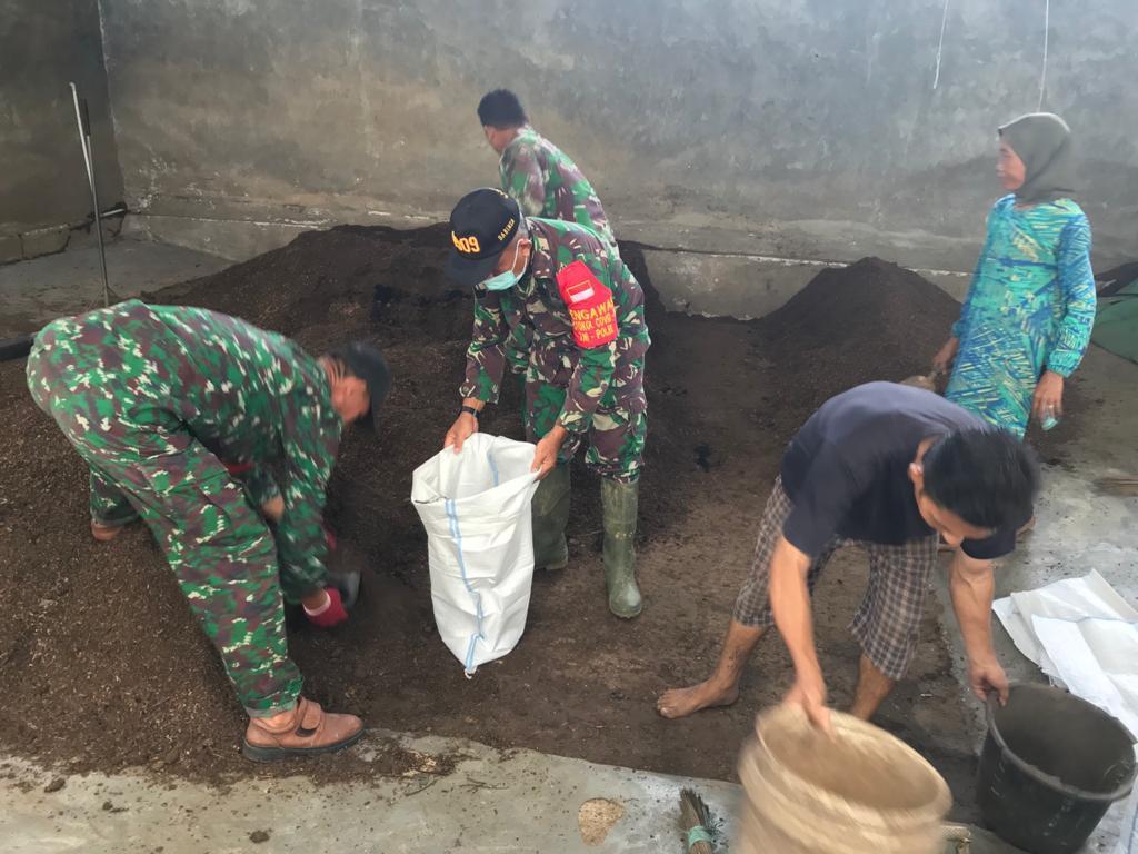 Koramil Teluk Pandan Ubah Sampah Jadi Kompos