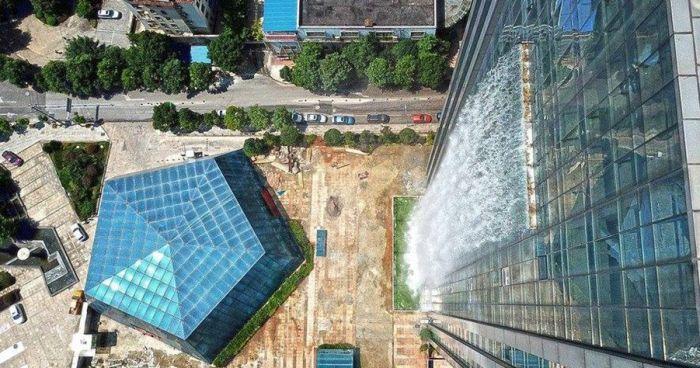 A cachoeira artificial possui 108 metros de altura e está na cidade de Guiyang, na China