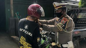 Sikap empati poIisi baik ini, Ipda Laode belikan helm pada pelanggar lalulintas