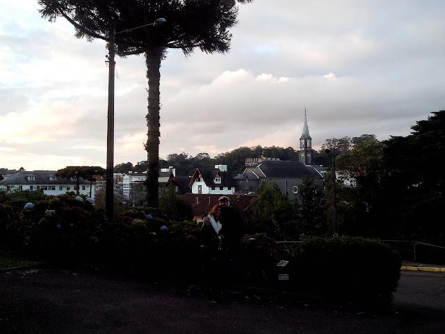 A Igreja fica no alto de um morro, e esta é a visão da cidade, de lá de cima.