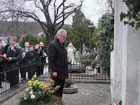 40Pánczél Károly megkoszorúzza Erdősi Imre sírját.JPG
