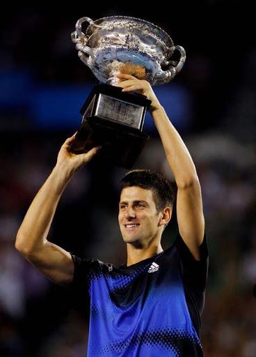Novak Djokovic levantando trofeo