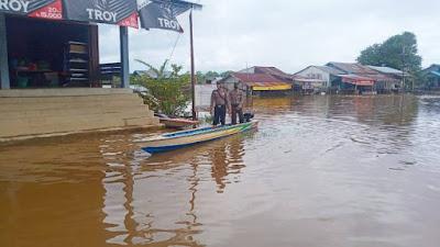 Polsek Belitang Turunkan Personel Cek Kondisi Banjir