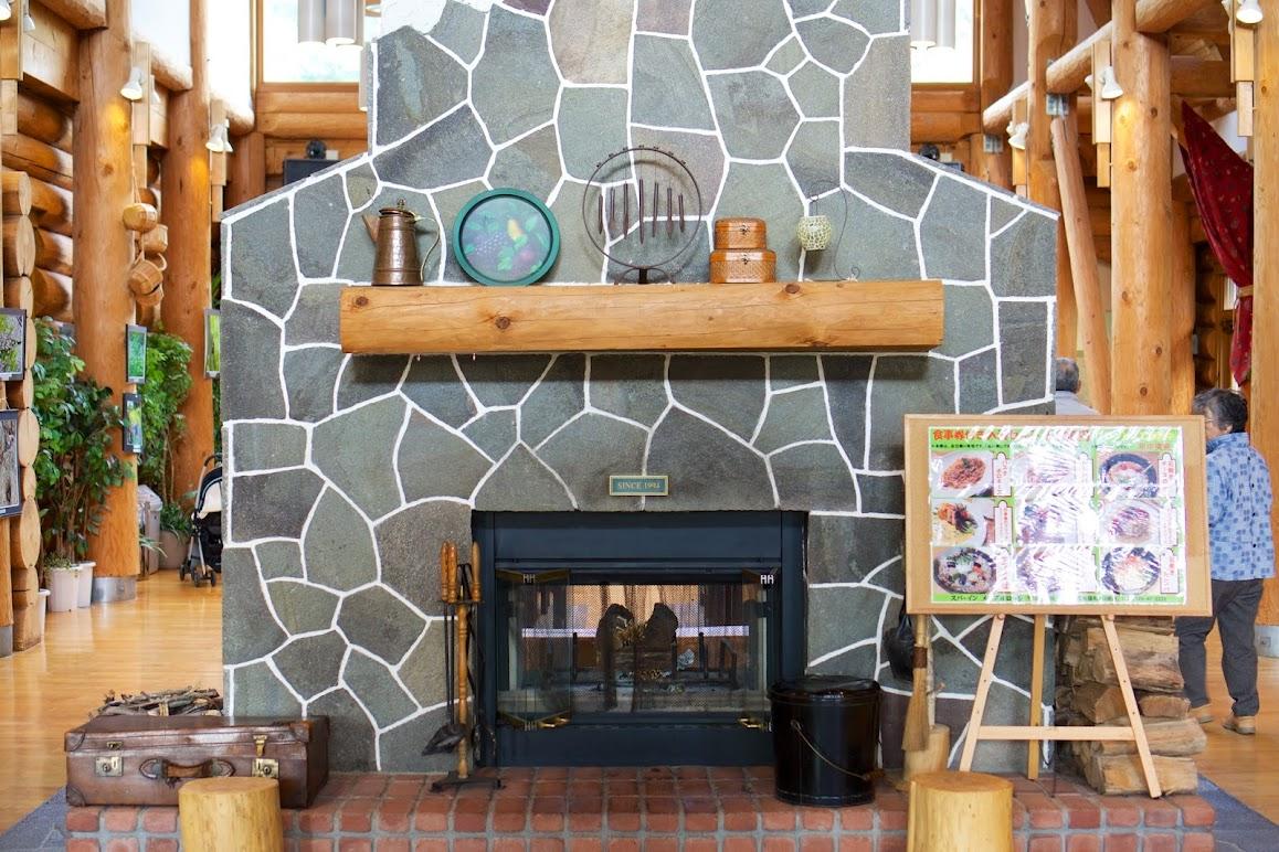 ホテルロビーの暖炉