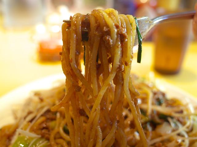 肉が麺に絡んだ味噌ミートスパゲティをフォークで持ち上げてみた