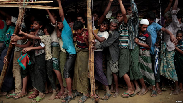 Rohingya refugees jostle as they line up for a blanket distribution under heavy rainfall at the Balukhali camp near Cox's Bazar, Bangladesh, 11 December 2017. Photo: Reuters