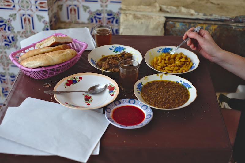 Prima masa in una din multele dughene locale intalnite pe drum, o combinatie dintre o mancare de burta, o mancare de fasole si o mancare de linte, cu ceai si harisa, totul pe undeva pe la 2 euro.