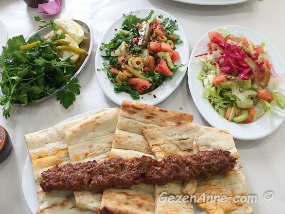 Adana'daki Cik Cik Ali'nin kebap sofrası; maydanoz, salata ve Adana kebap