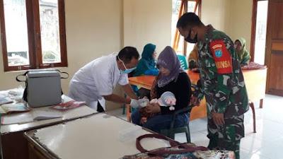 Peduli Kesehatan Balita, Babinsa Tekarang Dampingi Petugas Berikan Layanan Posyandu