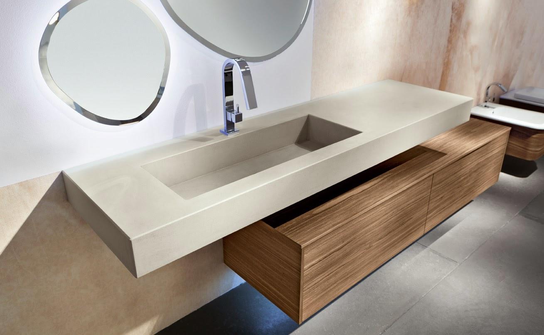 Lavabo in pietra e mobile bagno bello di colore beige con mosaico