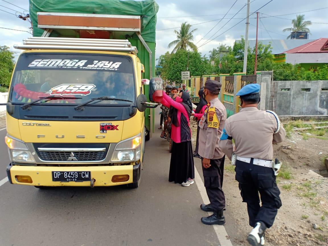 Kapolsek Marioriawa Bersama Ketua Bhayangkari Ranting Turun ke Jalan Bagi-bagi Takjil
