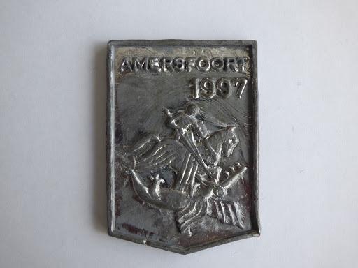 Naam: Plaats: AmersfoortJaartal: 1997Betekenis: St. Joris die draak dood.Gelegenheidsloodje van de restauratie koepelpoort