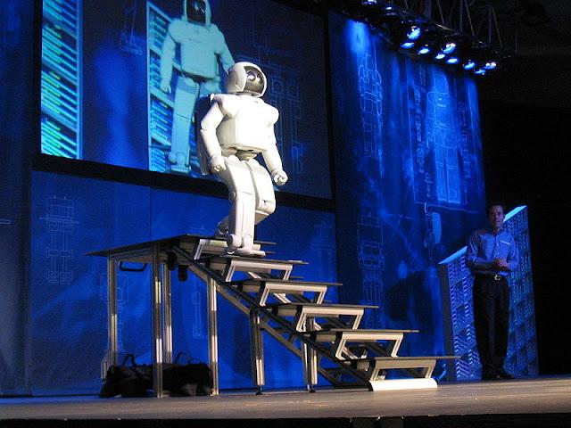 日本のホンダが開発している二足歩行ロボットの「ASIMO」も2006年時には階段を昇り降りしていました。