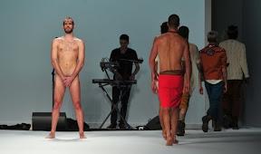 Giuseppe Sartori, l'attore nudo in passerella a Milano