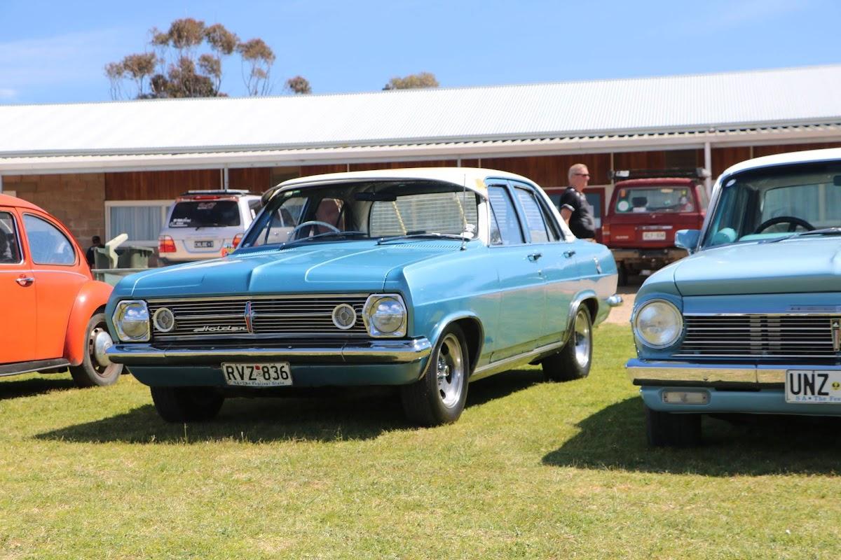 Holden HR Premier (02).jpg