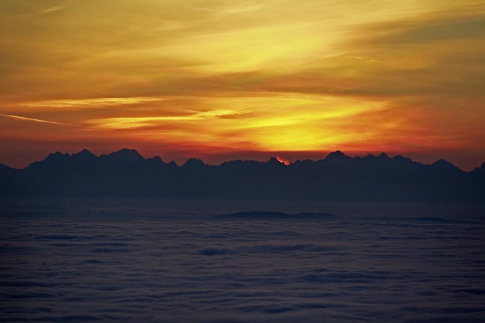Morze chmur i Tatry o wschodzie słońca