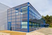Naves industriales con fachadas acristaladas para oficinas for Cubiertas acristaladas
