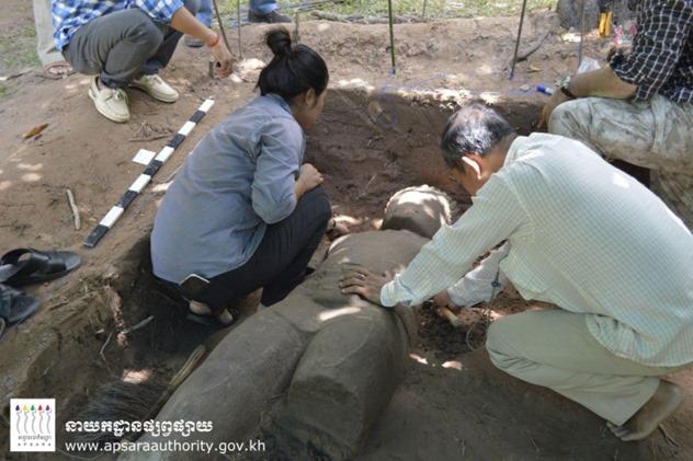 Arqueólogos descobrem a estátua MASSIVE 00