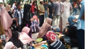 Pedagang Pasar Atapange Makan Siang Dihalaman Gedung DPRD Wajo