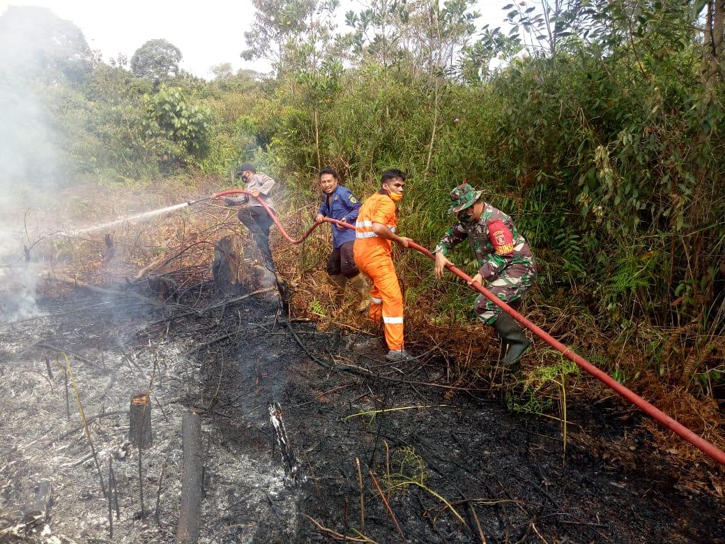 Sinergitas TNI POLRI Penajam Padamkan Api di lahan Gereja Santos Yohanes