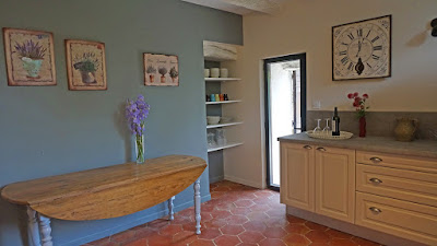 Une cuisine de 15 m² aménagée ouvrant sur une terrasse ombragée privative