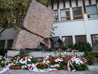 Diktatúrák áldozatai emlékére felállított emlékmű - Dunaszerdahely.jpg