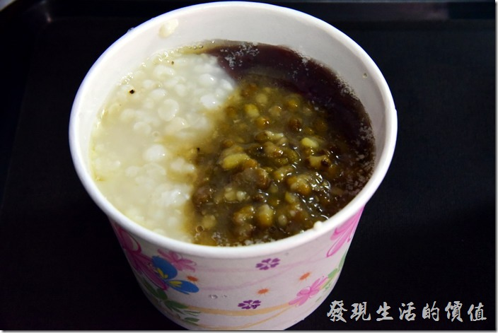 台南安平-茂記黑豆花。這一碗是紅豆綠豆薏仁綜合白豆花。豆花的口感綿密不輸隔壁的同記豆花。