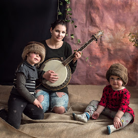 The female part of the family by Klaus Müller - People Family ( children, banjo, family )