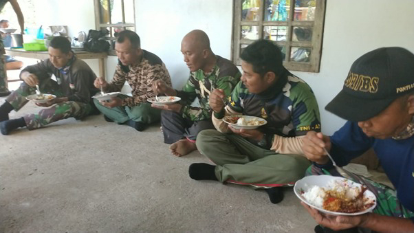 Istirahat Makan Siang, Satgas TMMD Ke-111 Kodim 1207/Pontianak dan Rakyat Saling Bercengkrama