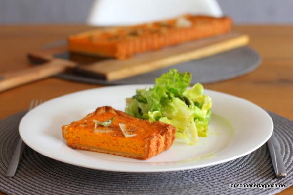 Kürbis-Quiche mit Parmesan-Mürbteigboden mit grünem Salat