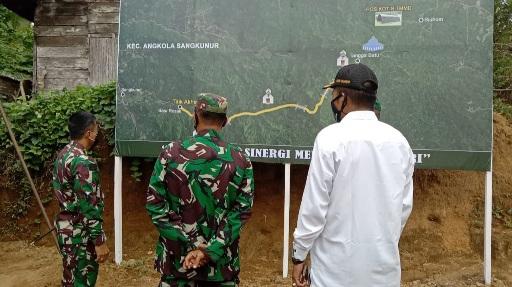 Danrem 023/KS Mengamati Peta Rencana Pembangunan Fisik Jalan Baru 8 m X 6,4 km