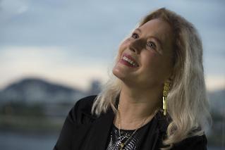 Vera Fischer compartilha traje de faxina e faz sucesso com boa forma