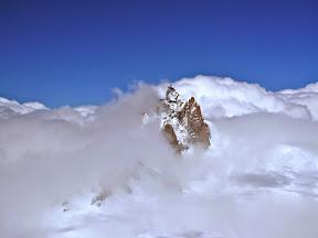 Aiguille du Midi entre ciel bleu, vent, nuages