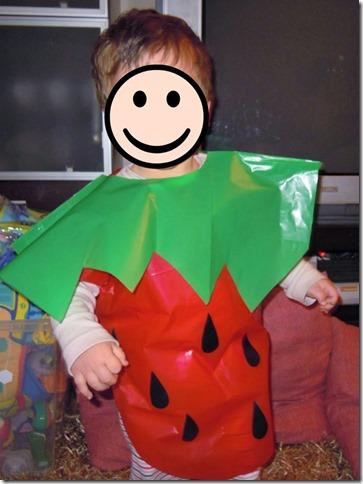 disfraz de fresa con bolsa de basura (1)