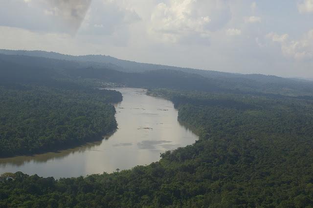 Le Maroni près de Maripasoula. À gauche : le Surinam. 29 novembre 2011. Photo : J.-M. Gayman