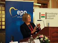 20 - Gál Kinga a kisebbségeket érintő nemzetközi helyzetről tart előadást.JPG