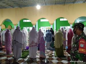 Babinsa Koramil Pahandut Pantau Ibadah Sholat Tarawih, Pastikan Penerapan Prokes Setiap Jamaah